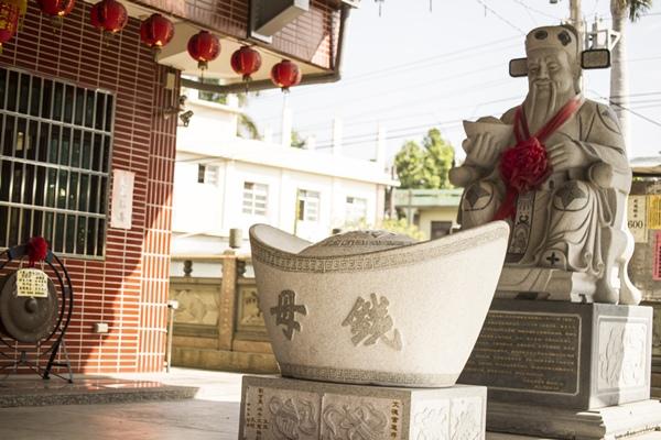 彰化花壇白沙坑文德宮-翰林福德老爺石雕像與錢母02.jpg