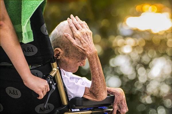 關懷長輩的心事 老年人憂鬱說掰掰.jpg