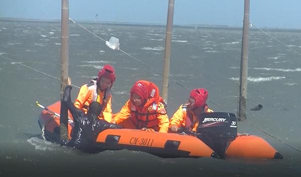 民眾遊憩受困海中 海巡出動救生艇救援2.png