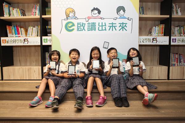 彰化閱讀績優國小獲贈電子書閱讀器 數位化閱讀打造行動圖書館1.png