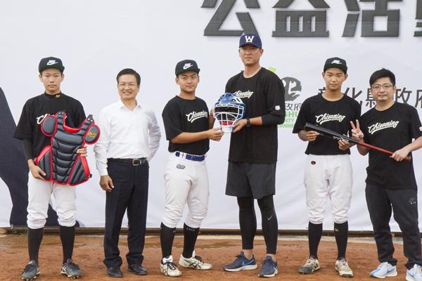 王建民投好球進彰化公益活動 八卦山棒球場與小球員互動1.png