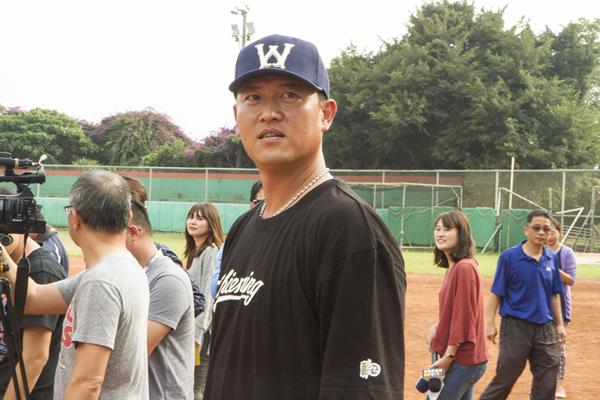 王建民投好球進彰化公益活動 八卦山棒球場與小球員互動2.png
