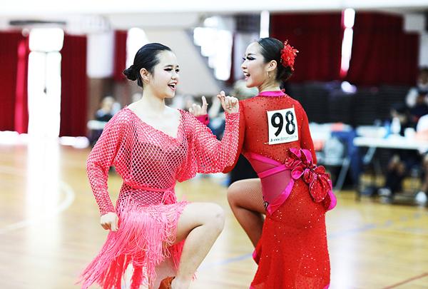大葉大學PASO國標社蔡靖儀(右)與文愛玲(左)組成的女女隊伍,在淡江盃表現亮眼.png