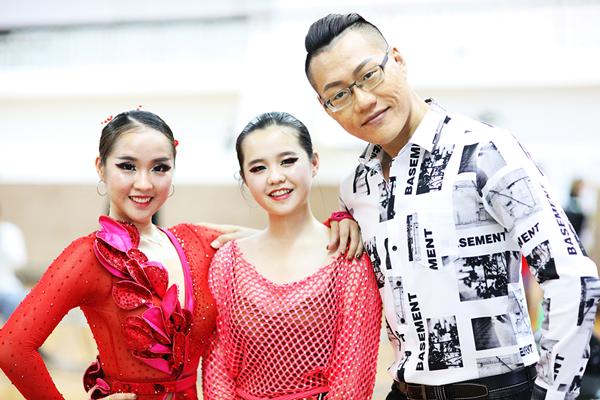 大葉大學PASO國標社蔡靖儀(左)文愛玲(中)與王翔老師(右)在比賽會場合影.png