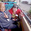 陳阿伯(左)在居服員(右)的陪伴下,開心的遊玩.png