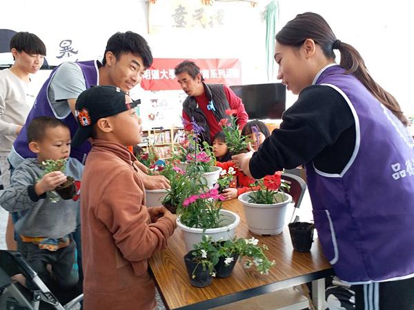 志工學生帶領原鄉長輩、小朋友手作組合盆栽.png