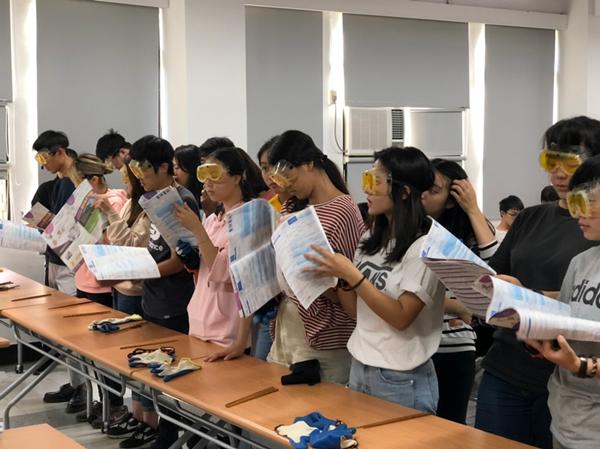 彭祖體驗其中一個關卡讓學生戴特殊鏡片看門診單.png