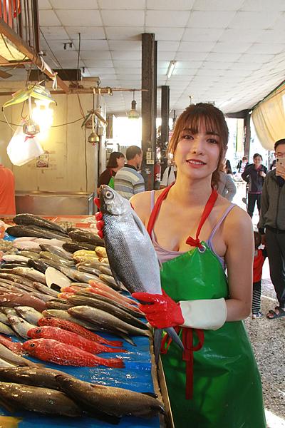 彰化最正的魚販 男性秒變新好男人市場排隊買魚2.png