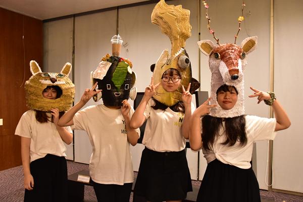 學生將保育類動物石虎、梅花鹿等變成頭套,戴在頭上更添趣味.png