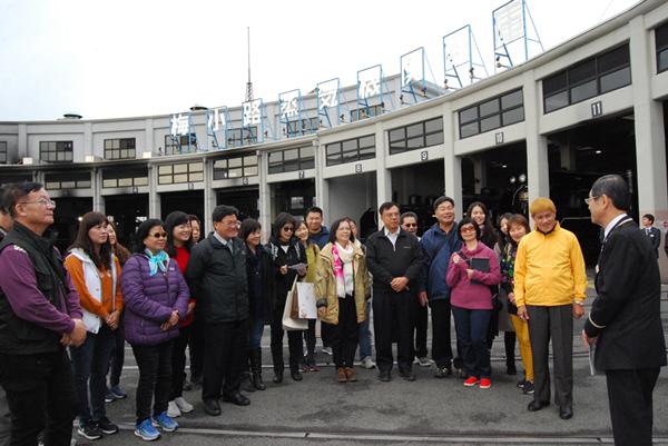 彰化市長邱建富(左5)在京都鐵道博物館聽取館長三浦英之(右)的簡報.png