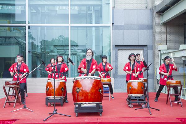 彰化秀傳延平大樓景觀電梯在成功社區表演太鼓熱鬧開場2.png