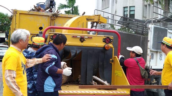 溪州鄉公所引進拖曳式碎木機 廢棄木處理環保小幫手1.png