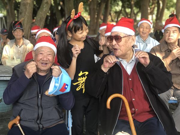 中彰榮家爺奶與家扶兒一起學貓叫 聖誕圓夢趴踢溫馨又熱鬧1.png