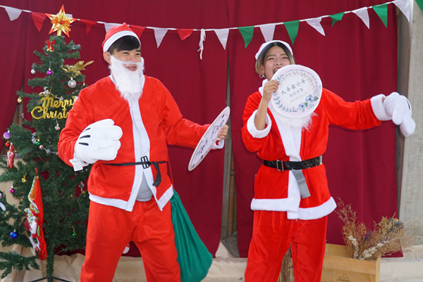 大葉大學企業管理學系舉辦「大手牽小手-微笑市集」,學生打造聖誕場景.png