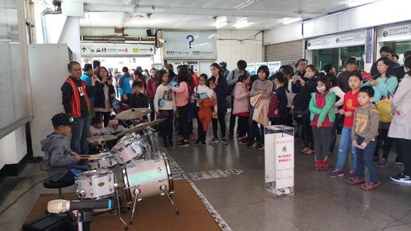 彰化信義國中小師生在彰化火車站快閃表演募集愛心1.png