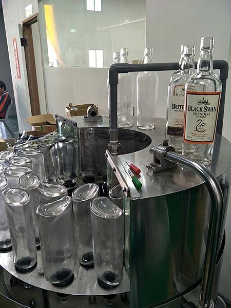 彰化檢警查獲假酒工廠 三萬多瓶流竄市面11.png