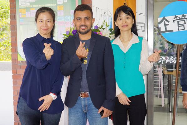 馬來亞大學的馬哈富德拉赫曼教授(中)與大葉大學企管系陳怡萍主任(左)張四薰助理教授(右)合影.png