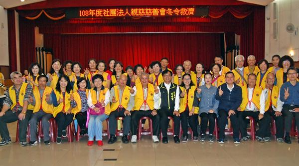 林世賢市長與到彰化寒冬送暖贈物資的社團法人親慈慈善會的會員們合影留念.png