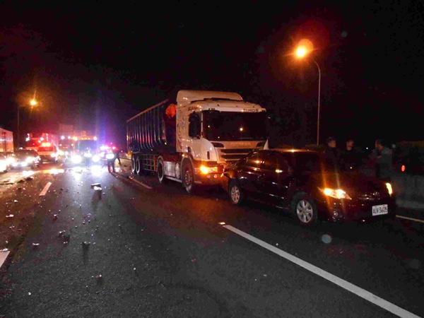 國道施工釀5車追撞車禍 呼籲駕駛要注意車前狀況3.png