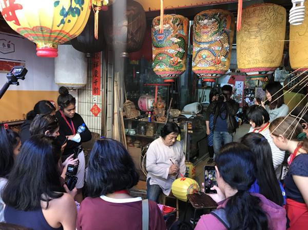 榮獲2018金球中華文化藝術薪傳獎的唐老師(春秋美術社)為學員解說及示範傳統燈籠的製.png