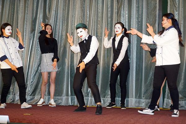 大葉大學觀光系「彩妝儀態」課程期末成果展,學生發揮創意,結合彩妝與才藝表演.png