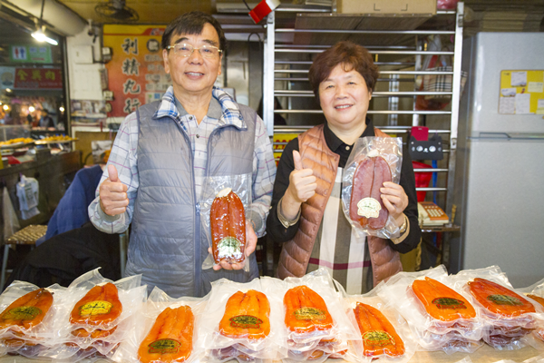 第一市場的利興魚子店第三代李能秋(左).png