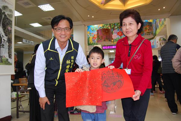 小朋友在市立圖書館完成DIY新春圖案的版印喜不自勝林世賢分享喜悅.png