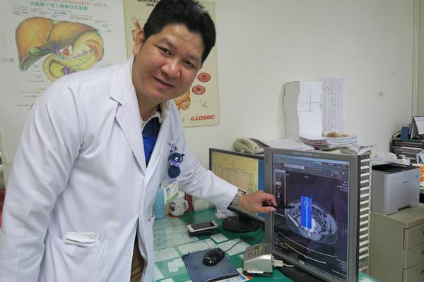 8旬老翁魚刺穿小腸 彰化醫院緊急動手術保命1.png