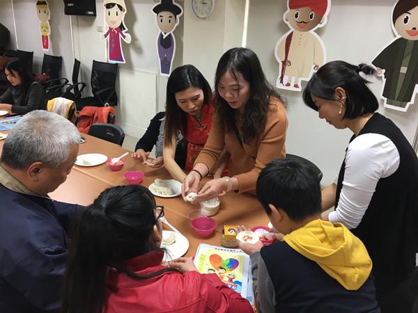 移民署彰化服務站手作「金元寶」 新住民移工在臺一家親2.png