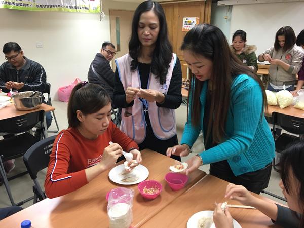 移民署彰化服務站手作「金元寶」 新住民移工在臺一家親1.png