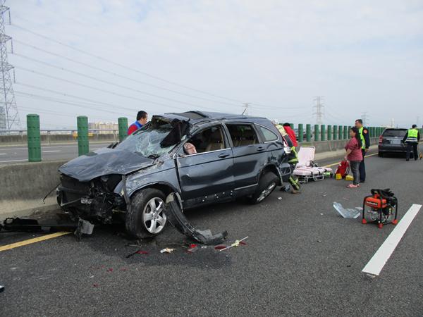 國道三號南下彰化市路段 3輛車連環追撞事故所幸僅2輕傷1.png
