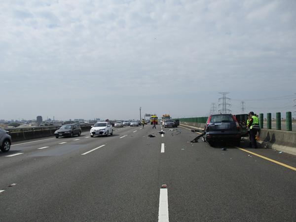 國道三號南下彰化市路段 3輛車連環追撞事故所幸僅2輕傷6.png