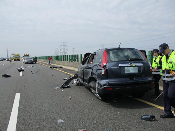 國道三號南下彰化市路段 3輛車連環追撞事故所幸僅2輕傷5.png