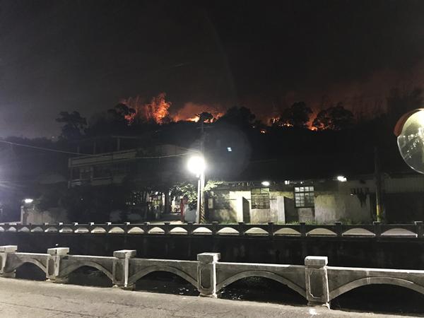 彰化市岸頭巷火燒山 警義消整天疲命灌救1.png