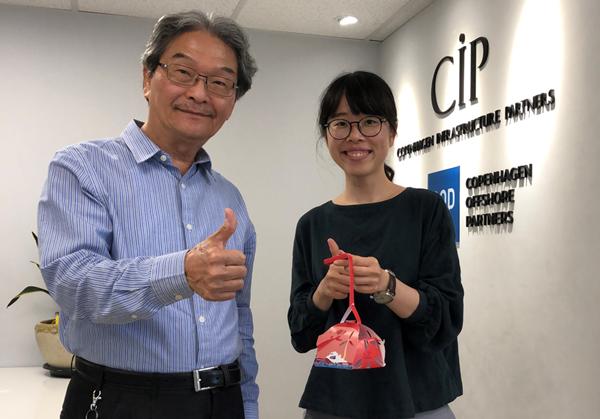 CIP彰化推動辦公室秘書長戴瑞文與地方關係專員詹羑律提風機花燈與大家歡慶元宵.png