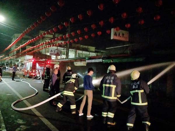 彰化社頭鄉菜市場深夜大火 打火兄弟迅速控制火勢1.png