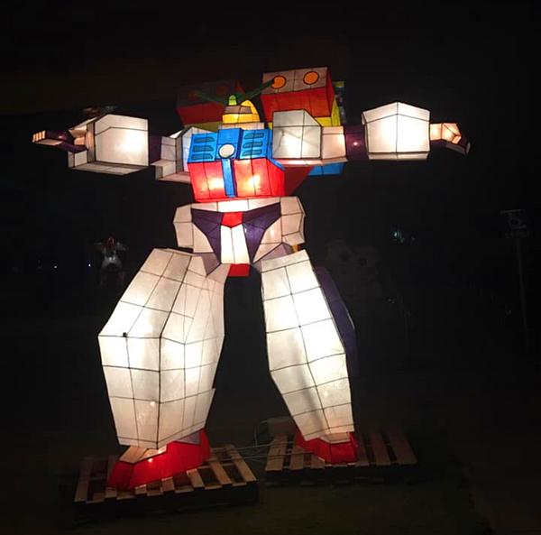 大村國小璀璨點燈喜迎110年校慶 大型花燈無敵鐵金剛、鋼彈超吸睛2.png