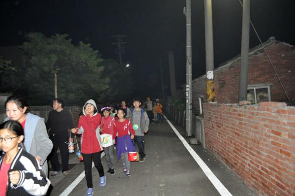 民權國小師生提燈籠遊五俊村 展現華德福全人教育的美好1.png