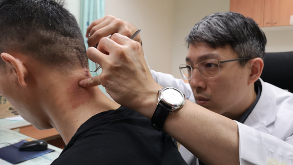 越南籍男子手麻險癱 彰基微創頸椎手術救命2.png