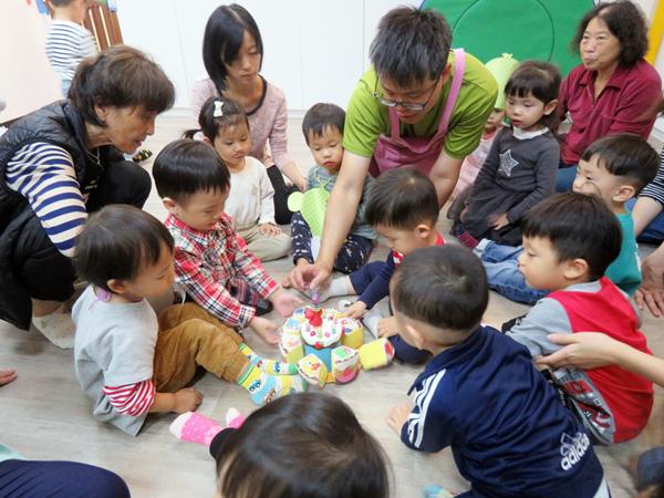 員林托育中心固定每月舉辦生日會與親子同樂1.png