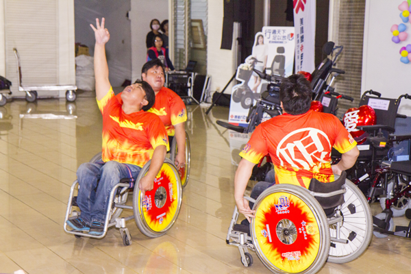 彰化愛心企業「轉動愛、行無礙」 伸仁紡織捐贈電動輪椅2.png