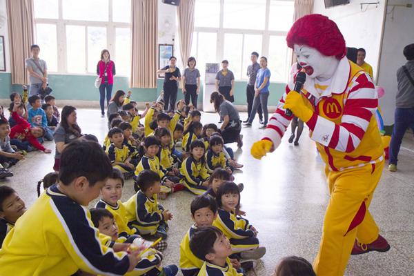 遠離腸病毒威脅 彰化縣衛生局邀麥當勞叔叔教學童正確洗手1.png