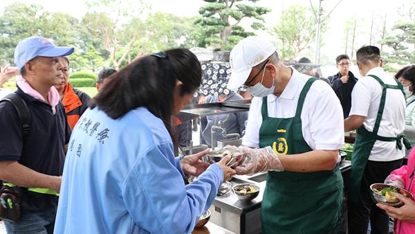 魏應充於成美文化園設立香客服務站 親自下廚服務1.png