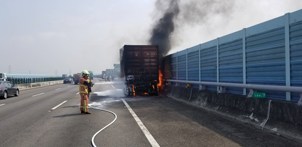國道3號貨櫃車爆胎起火 火燒車幸未釀大災情1.png