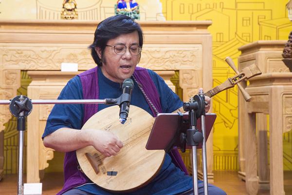 台灣說唱藝術團團長周定邦老師以月琴彈唱.png