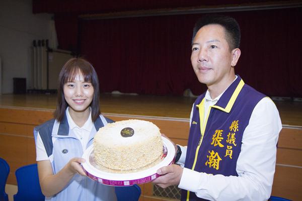 愛心蛋糕捐贈彰化市弱勢家庭 鐘芮妤與張瀚天攜手做愛心2.png