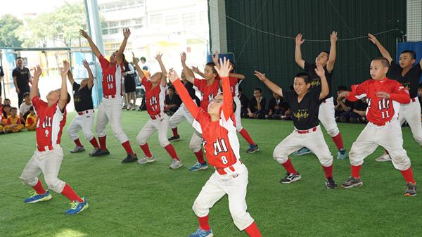 頂新和德「接棒未來」棒球公益 魏應充走訪彰化校園贈球具2.png