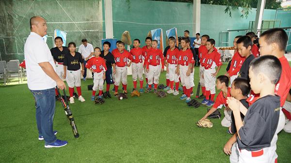 頂新和德「接棒未來」棒球公益 魏應充走訪彰化校園贈球具1.png