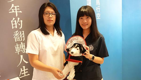 華盛頓高中一年級蔣沛妏(右)與曉明女中一年級姚芊妤(左).png