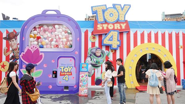 玩具總動員超萌期間限定店現身台中草悟廣場 巨型扭蛋機讓大人小孩都瘋狂1.png